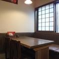 4名掛けのテーブル席。隣の席とつなげて6名様までOK