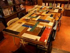 8名までOKのテーブル席。某有名デザイナーによる作品でその価値はなんと100万以上!