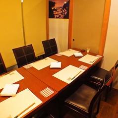 テーブル席ものれんで区切って個室風に。