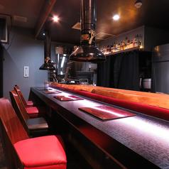 カウンターテーブルを照らすさりげない光が大人のディナーを演出
