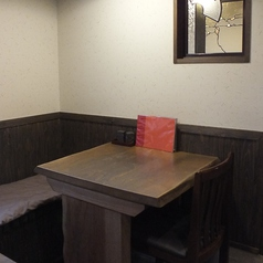 2名掛けのテーブル席。隣の席とつなげて6名様までOK