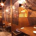 2名・4名・8名…木造りの仕切りあるプライベート空間。デートや親しい友人との集まりなどに最適です。