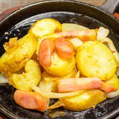 料理メニュー写真粗挽きソーセージのジャーマンポテト