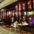 ◆夜の雰囲気も◆ガラス張りの店内は、夜になるとグッと大人の雰囲気に…。デートや女子会利用にピッタリ♪