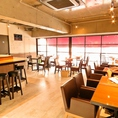 広々とした店内はテーブル席、カウンター、テラス席などご準備!