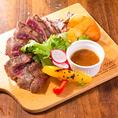 お肉料理なら当店にお任せ下さい!お酒によく合う逸品を種類豊富にご用意致しております。お肉に旨味をしっかりお愉しみいただける調理法でみなさまにご提供します。
