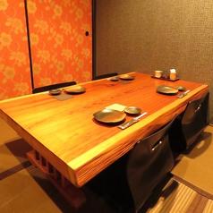 2階のテーブルは重厚感ある木のテーブルに座椅子という佇まいのなかゆったりお食事頂けます