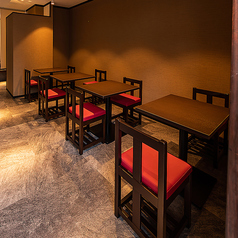 テーブルのお席は2名様掛けテーブルを4卓ご用意しております。テーブルは繋げて利用することができますので、ご夫婦でのお食事から各種ご宴会、お仕事での会食など幅広いシーンでご利用いただけます。