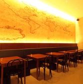 モザイクタイルの壁面が印象的なテーブル席。テーブルを繋いで最大16名様が座れます。