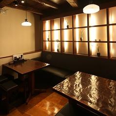 落ち着きのある雰囲気の店内。壁に添ったテーブル席でダウンライトの照明でしっぽりご飲食頂けます。