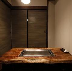 2F掘り座敷は仕切りることで個室になります。接待やおもてなしにオススメのしっとり和個室。ちょっとした飲み会や食事会、デートなどにピッタリの個室です。