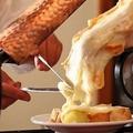 料理メニュー写真ラクレットチーズ ソーセージ盛り合わせ