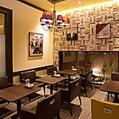 2名様までご着席頂けるテーブル席となっております。天井にはお洒落な照明、濃いブラウンのテーブルは大人な雰囲気を演出してくれます。ご友人とのティータイムや、ちょっとした打ち合わせにもおすすめです。※画像は一例です。