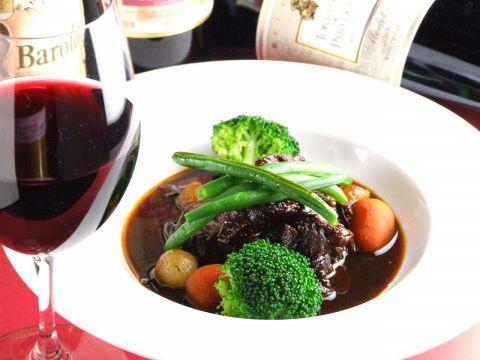 多彩なワインとビストロ料理の豊かなマリアージュを楽しんで…