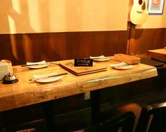 横の4名テーブルと合わせれば最大14名様の宴会もOKです。