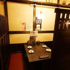 1階:奥の席には少人数テーブル席