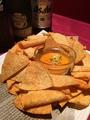 料理メニュー写真サルサチップホットチェダーチーズソース