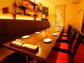 中華雑貨をモダンにディスプレイしたスペースは、10~15名の中グループなら他の客様から隔てた席としてのご利用も。カーテンの奥には半個室空間。