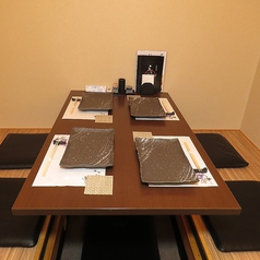 【半個室】ダウンライトの雰囲気が落ち着く掘り炬燵のお席。足を伸ばしゆっくりおくつろぎください~!総席数23席完備!ご宴会最大12名様までOK!お客様の人数・シーンに合わせ、ご案内いたします!お席詳細・人数・ご予算など、お気軽にお問い合わせください!※写真は一例です