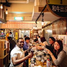 ◆メインテーブル席◆縦に1列で最大25名様座れるお席です。ワイン樽も近く宴会には最適です!!