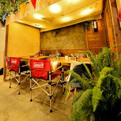 [1F テーブル席] 片側ベンチシートでゆったり。女子会など中規模の宴会に♪