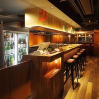 カウンターで日本酒を楽しむ。