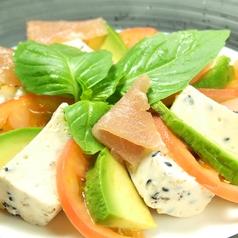 手造り胡麻チーズ豆富 アボカドとトマトの三色サラダ