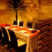 暖かな灯りに包まれたテーブル席