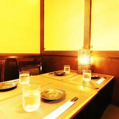 窮屈感の無いテーブル席はお寛ぎいただけます!煌びやかに輝くネオンをアテに美味しい食事と銘酒の数々をお楽しみくださいませ。お客様のシーンに合わせたぴったりの個室をご用意させていただきますね♪