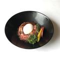 料理メニュー写真ローストビーフのサラダ 温泉卵のせ