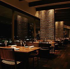 窓際のお席からは糸島の景色を一望できます。4名様×10テーブル、2名様×3テーブル、6名様×1テーブル