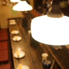 1階:気軽にお立ち寄りいただける雰囲気のカウンター席はデートにも最適です。