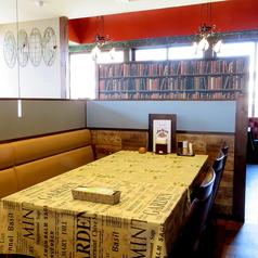 【テーブル席】ゆったり広々とくつろげるテーブル席。気取らずカジュアルな感覚でお過ごしいただけます。