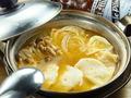 料理メニュー写真52)エビ水餃子のトムヤムスープ