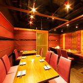 落ち着いた雰囲気が包み込む至福の個室空間が味わえるのは、肉バルとチーズフォンデュisariイサリ 新宿東口店だけ!雰囲気の良いくうかんで絶品料理を!