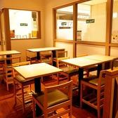 【デート向けの席】入り口すぐのところにハイテーブルの席が6卓あります。お一人様でのご利用から4名様までにオススメです。店内は一面ガラス張りなので、開放感ある中でお食事やカフェが楽しめます。