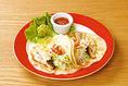 タコス / Tacos トルティーヤに肉や野菜をくるんで食べる、素朴で便利な食べものですが、アメリカで大人気となり、メキシカンフードの代名詞になりました。