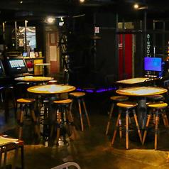 【円卓席】木目を基調とした大きなテーブル席。距離感が近いので、飲みニケーションに最適。