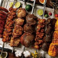 串に刺した塊肉を、お客様のテーブルで切り分けます。