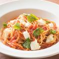 【海老名】ラパウザは気軽に入れるイタリアンレストランです。自慢のピッツァは高温窯で焼き上げおりますので、イタリアの味を楽しめます。上質なパスタ、チーズにオリーブオイル、イタリア直輸入のトマトを使ったソースなど、本場の素材を味わえます。パーティーコースは、リーズナブルな価格でご利用いただけます。