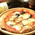 ★本格石窯焼きピッツァ★種類も豊富♪ご自身のお好きなピッツァを是非ご堪能下さい。生地からこだわって作り上げ、450度に及ぶ石釜で焼き上げます♪さくっともちっとした食感で大満足!一度食べたら、クセになる美味しさ。駅ナカの利便性ある立地で本格窯焼きピッツァと厳選ワイン!是非お試しください♪