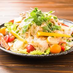 料理メニュー写真シーザーサラダ・アボガドサラダ・馬肉炙りと白いサラダ