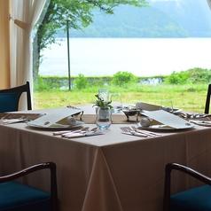 窓の外には芦ノ湖が広がります。絶景が見えるお席で、お二人の大切な時間をお過ごしください。