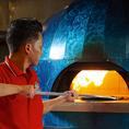 【イタリア直輸入の石窯】『ナポリピッツァ協会登録店舗』の当店では、イタリア直輸入の石窯は摂氏400℃以上!その石窯で焼き上げる事で、外はパリッ、中はモチッとした絶妙な食感に仕上がります。