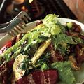 料理メニュー写真8種の野菜とスパイシーチキンのファーマーズマーケットサラダ
