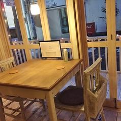 【夜のMilk Crown】窓際のお席は、外のイルミネーションも見えるデートにもお勧めのテーブル席★もちろん女子会にもどうぞ!※テラス席のみワンちゃんOKです!