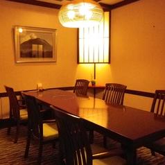 嵐山【椅子席】落ち着いた照明と、洗練されたしつらえでゆったりとお寛ぎいただけるお席となっております。2名様から6名様までご利用いただけます。