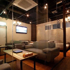 フカフカなソファーとカラオケ付の完全個室です。