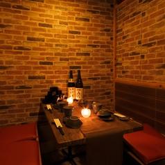 完全個室もご用意しております。仄暗い照明が大人の雰囲気を演出いたします!!完全個室を多種類完備しておりますので分煙等可能でございます!!是非ご利用くださいませ!!!