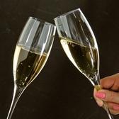 ダウンライトが落ち着いた空間を演出。ご夫婦やカップルのデートにもおススメな隠れ家的ダイニングバー。美味しいお酒と美味しいお料理で、美味しい時間を堪能してください。